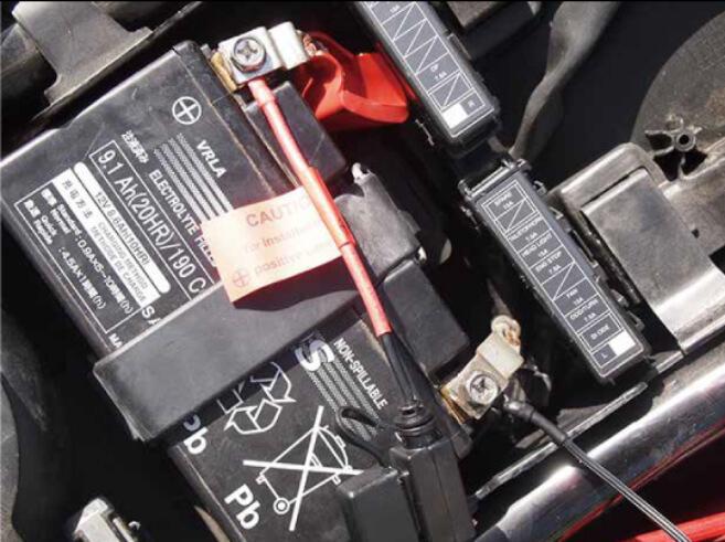 写真:バッテリーハーネスを接続